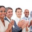 en mångsidig verksamhet grupp applåderar en bra presentation — Stockfoto