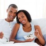 coppia romantica che bere succo d'arancia — Foto Stock