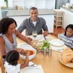 etnische familie dineren samen — Stockfoto