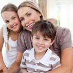 Porträt einer Mutter mit ihren Kindern — Stockfoto #10293471