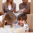Smiling siblings having fun during house moving - Stockfoto