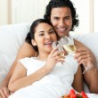 Happy couple drinking Champagne with strawberries — 图库照片
