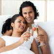 Foto Stock: Happy young couple toasting with Champagne