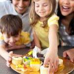 família alegre comendo biscoitos — Foto Stock