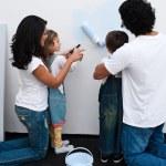 amar os pais a ajudar seus filhos a pintar — Foto Stock