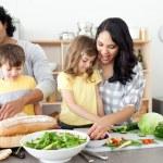 familia positiva preparando la comida juntos — Foto de Stock