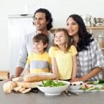 família feliz se divertindo na cozinha — Foto Stock