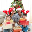 Foto Stock: Family decorating a Christmas tree