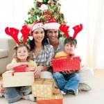 famille décorer un sapin de Noël — Photo