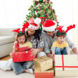 Family decorating a Christmas tree — Foto de Stock