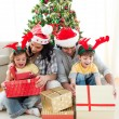 Family decorating a Christmas tree — Foto Stock
