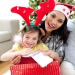 mor och dotter leker med julklappar — Stockfoto