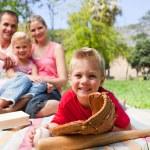 笑みを浮かべて男の子野球グローブ、ピクニックを持ちながら — ストック写真
