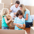 Caucasian family packing boxes — Stock fotografie