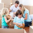 Caucasian family packing boxes — Stockfoto