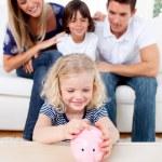 笑顔の女の子、piggybank でコインを挿入します。 — ストック写真