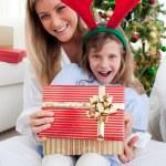 sorridente, madre e figlia, aprendo i regali di Natale — Foto Stock