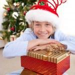 küçük çocukla mutlu: Noel hediye — Stok fotoğraf
