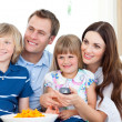 Smiling family watching TV — Stockfoto