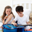 Siblings singing and playing guitar — Stock Photo