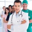 Διεθνής ιατρική ομάδα στέκεται σε μια σειρά — Φωτογραφία Αρχείου