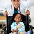 Young child being cared for by a doctor - Foto Stock
