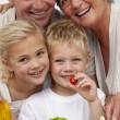 gelukkig eten van een salade met kleinkinderen grootouders — Stockfoto