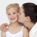 母はバスルームで彼女の娘にキス — ストック写真