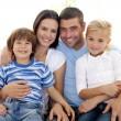 famiglia felice, seduto sul divano di casa — Foto Stock #10299645