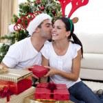 szczęśliwa para daje prezenty na Boże Narodzenie w domu — Zdjęcie stockowe