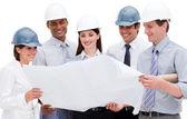 Grupo multiétnico de arquitectos usando cascos — Foto de Stock