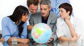 Commerce international, en regardant un globe terrestre — Photo