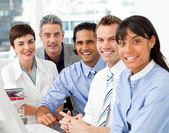 Retrato de equipo de negocios y multiétnico en el trabajo — Foto de Stock