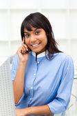 Zachwycony etniczne kobieta na telefon — Zdjęcie stockowe