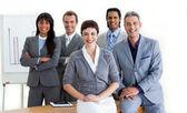 Confianza empresarial multiétnica alrededor de una mesa de conferencia — Foto de Stock