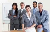 Alegre multi-étnica negócios em torno de uma mesa de conferência — Fotografia Stock