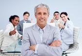 Szczęśliwy biznesmen prowadzącej jego szczęśliwy zespół z kciuki — Zdjęcie stockowe