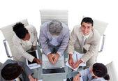 Alto ângulo de negócios multi-étnica numa reunião — Fotografia Stock