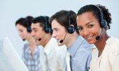 Multi-ethnic negocio usando auriculares — Foto de Stock
