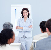Mulher de negócios positivo, fazendo uma apresentação — Fotografia Stock