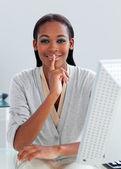 彼女の机で沈黙を求める自信を持って女性実業家 — ストック写真