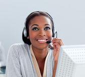 Portret van een doordachte zakenvrouw met hoofdtelefoon op — Stockfoto