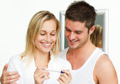 Happy couple examining a pregnancy test — Stock Photo