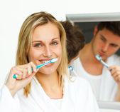 Porträtt av en attraktiv kvinna rengöring hennes tänder med hennes di — Stockfoto