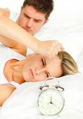 彼らのベッドに横たわっている動揺のカップル — ストック写真