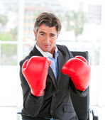Seguro de sí mismo empresario con guantes de boxeo — Foto de Stock