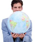 Portret ambitny człowiek posiadający globu ziemskiego — Zdjęcie stockowe