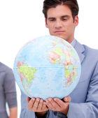 Portrét jistý člověk, který drží zemský globus — Stock fotografie