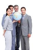 Exitosa businessteam mirando un globo terrestre — Foto de Stock