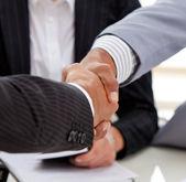 Primer plano de los empresarios a cerrar un trato — Foto de Stock